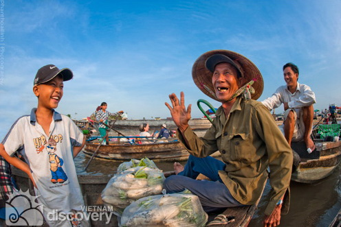 Friendly local people in Cai Rang Floating Market - Mekong river tour